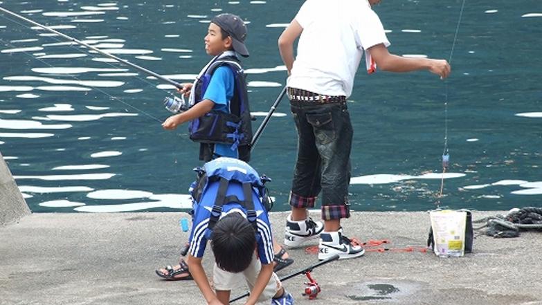 夏休みに釣りを楽しんだ子供たち