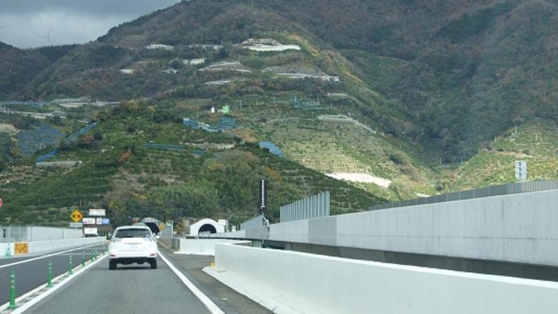 上下線が複線化した阪和道の有田川付近