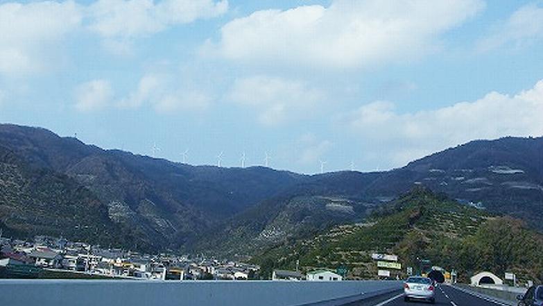 高速、有田川付近の山上に並ぶ発電風車群