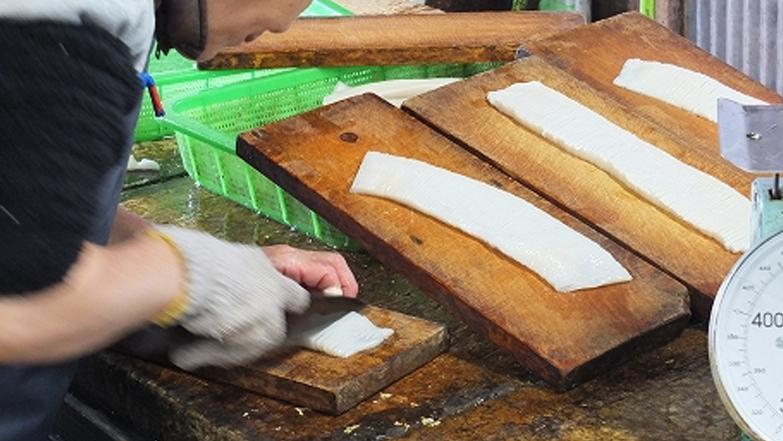 イカ切身製造の包丁切りシーン