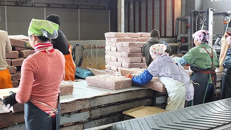 岩手県の加工場での製造シーン